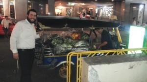 """השפע בבית חב""""ד ובתאילנד בכלל בא לידי ביטוי באוכל, בצבעים, בטעמים ובשפע. מערך הכשרויות בתאילנד מאוד מפותח. יש כאן בעיקר משגיחי כשרות במפעלים המייצאים לארץ. אחת לחודשיים מגיע לתאילנד גם שוחט ידוע, ר' ליפשיץ, שמכין בשר כשר גלאט לאורחי בתי החב""""ד בבנגקוק ובאיים"""