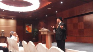 הרב קנטור הגיע לבנגקוק מאוסטרליה לפני 21 שנה ופועל בעיקר עם קהילת דוברי האנגלית