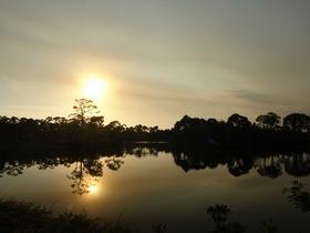 בוקה רטון כמו פורט לודרדייל ממוקמת על ביצה, ולכן ריבוי האגמים, בין הבתים. אי אפשר לשחות באגמים הללו למרות שהמים מתוקים, וגם לא חסרים יתושים, אבל המוח האמריקאי מצא פתרונות