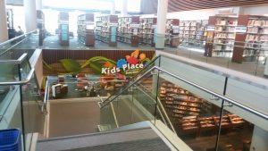 הספריה המרכזית בסטנפורד. תשומת לב רבה לעידוד קריאת ילדים.